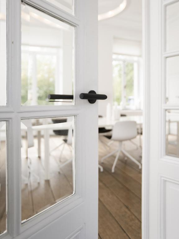 Manilla de puerta negra con roseta en acabado PVD