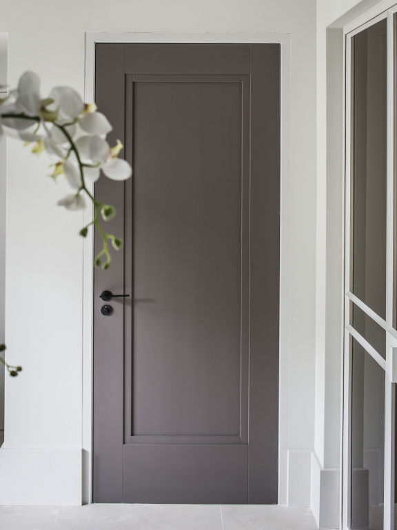 Maniglia della porta nero satinato su rosetta