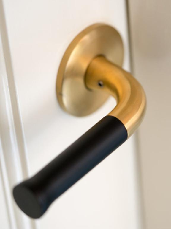 Maniglia della porta d'oro su rosetta