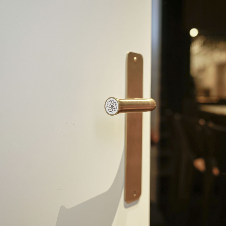Manilla de puerta con placa mate oro