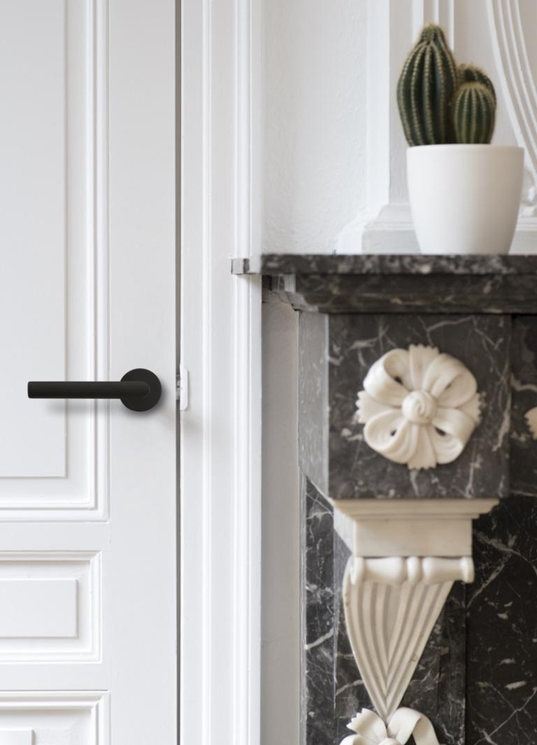 Zwarte deurkruk op rozet