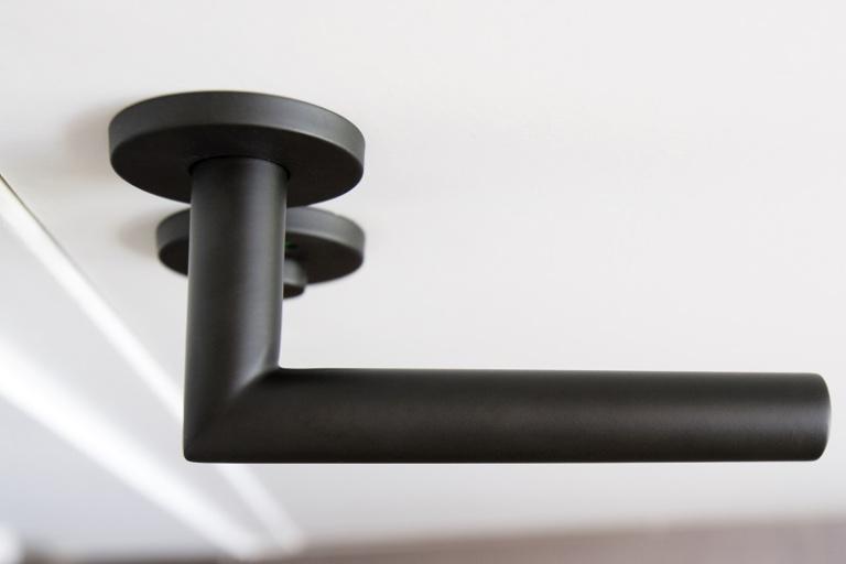 Zwarte deurkruk op rozet met PVD coating - FORMANI