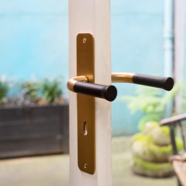 maniglia della porta d'oro sullo scudo