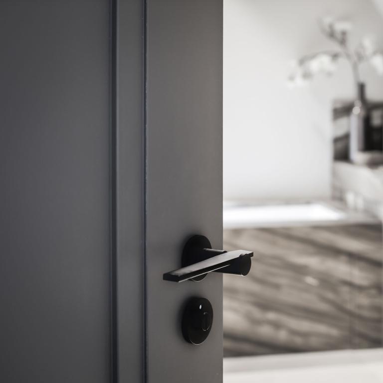 FORMANI TENSE maniglia della porta su rosetta nero satinato