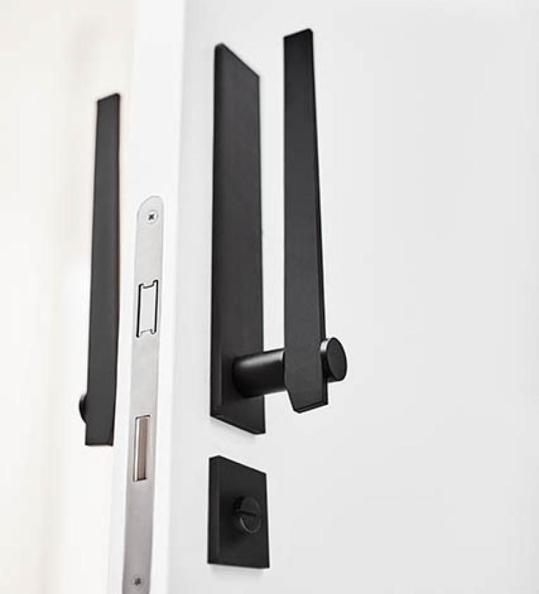 Manilla de puerta negra con placa