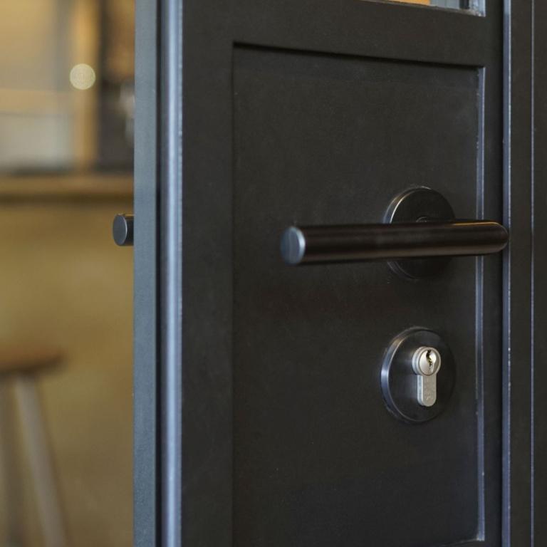maniglia della porta su rosetta nero satinato