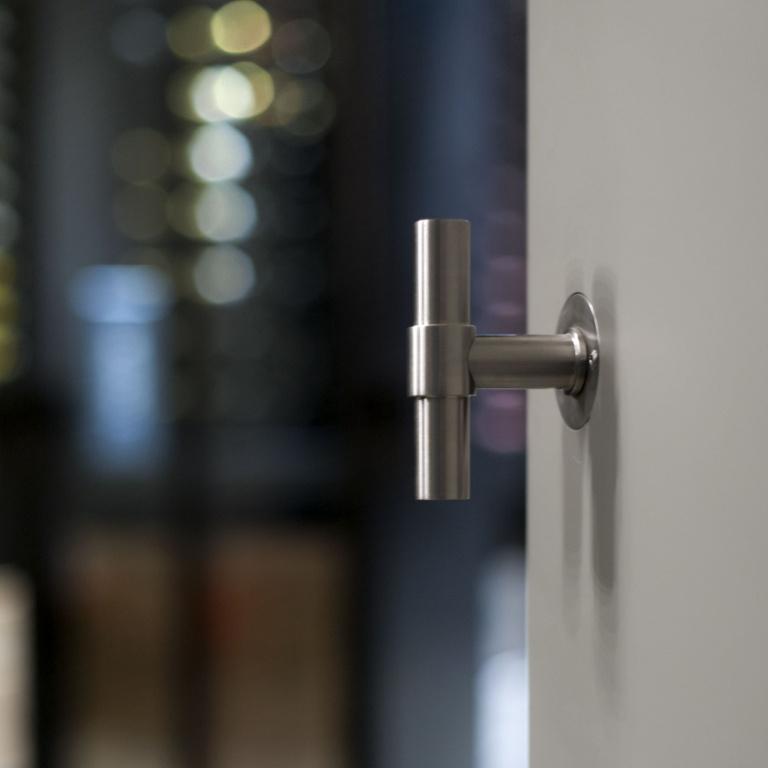 maniglia della porta in acciaio inossidabile opaco